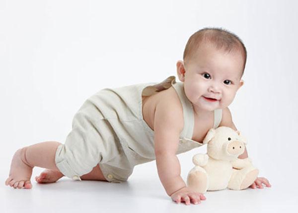 Em bé nhanh nhẹn, hoạt bát, khỏe mạnh