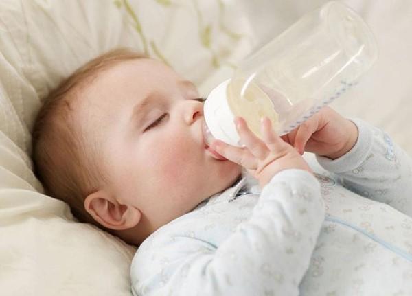 trẻ uống sữa tăng cân
