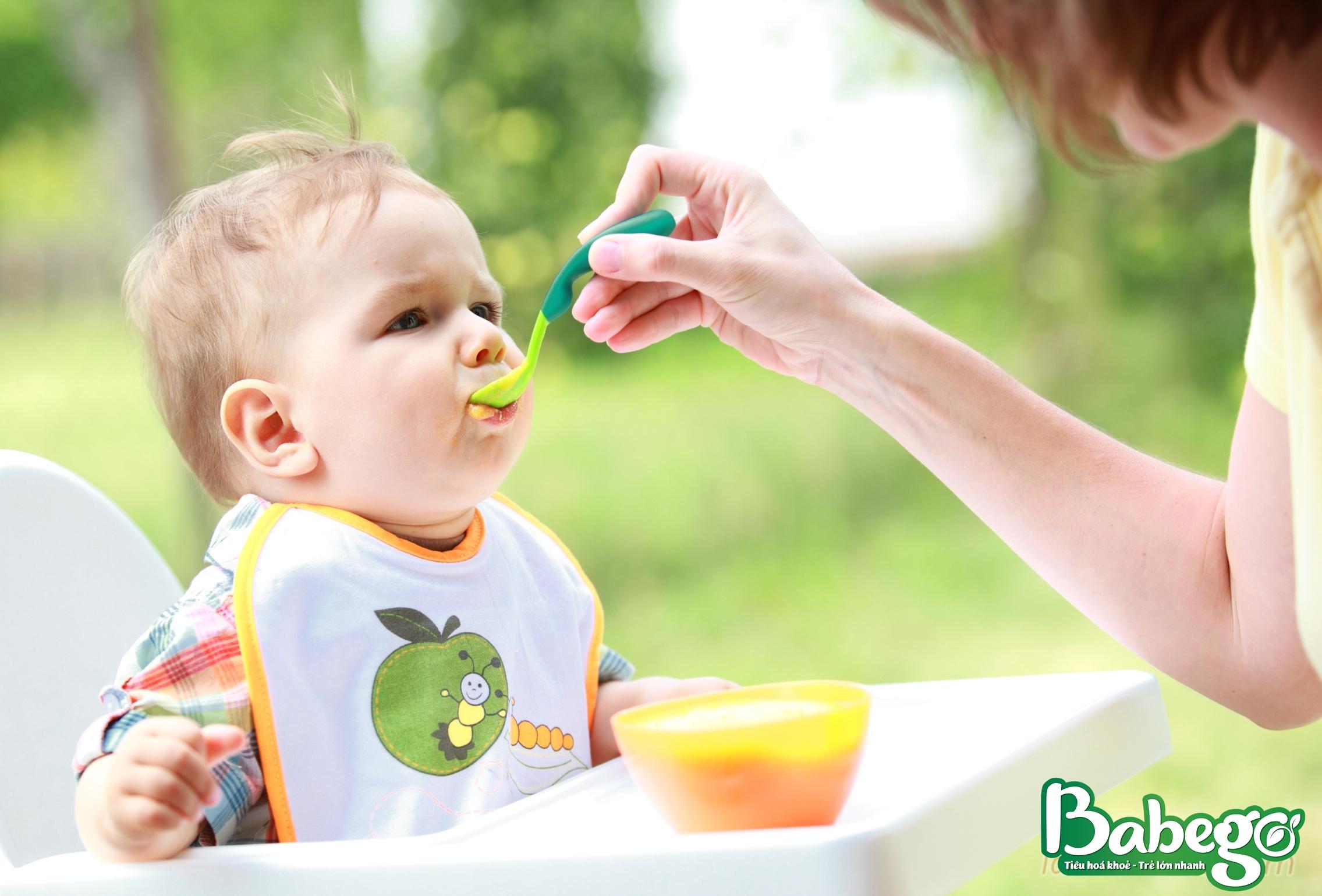 Trẻ 1 tuổi biếng ăn do chưa quen với chế độ ăn mới