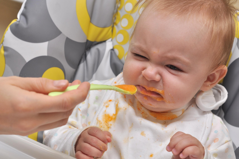Những sai lầm của mẹ khiến trẻ biếng ăn hay ngậm