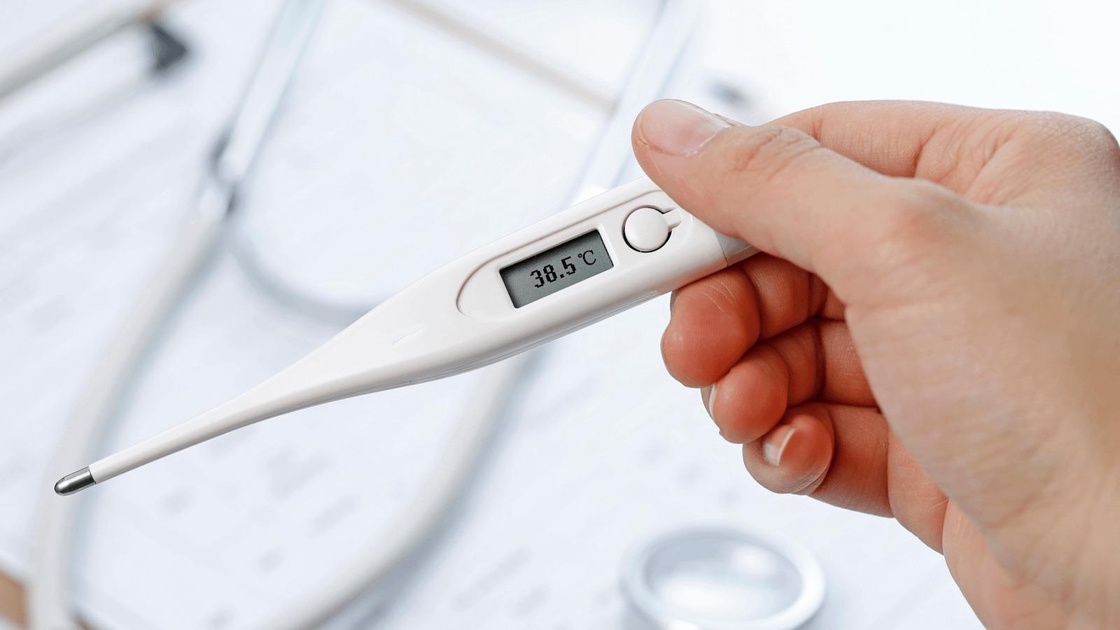 Trẻ trên 6 tháng tuổi sốt trên 38,5 độ C cần được đi khám bác sĩ